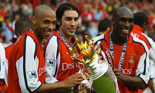 Pires (giữa) cùng Sol Campbell là thành viên Arsenal trong cả hai lần gần nhất CLB này vô địch Ngoại hạng Anh, vào các năm 2002 rồi 2004.