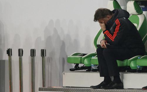 Van Gaal thất vọng khi Man Utd thua trận đấu sinh tử. Ảnh: Reuters.