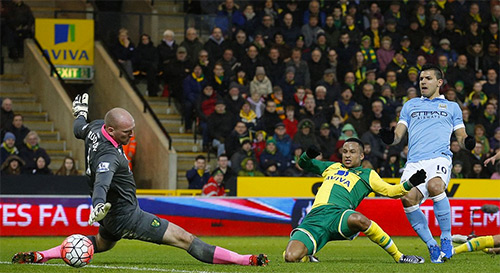 Pha mở tỷ số giúp Aguero có bàn thứ 11 trên mọi mặt trận mùa này, cùng với đồng đội De Bruyne chia sẻ dẫn đầu danh sách ghi bàn của Man City từ đầu mùa. Ảnh: AFP.