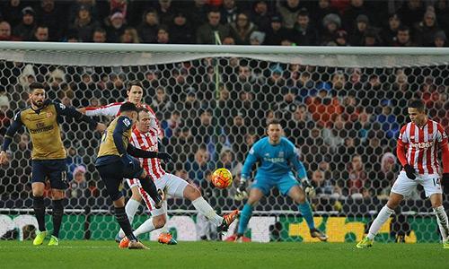 Arsenal tạo ra nhiều cơ hội, nhưng đều không thắng được thủ môn Butland (áo xanh). Ảnh: SM.