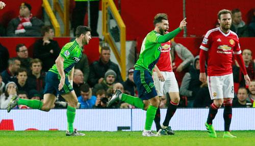 Charlie Austin ăn mừng bàn đầu tiên trong màu áo Southampton trước sự thất vọng của cầu thủ Man Utd. Ảnh: Reuters.