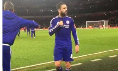 Fabregas khiêu khích CĐV Arsenal trên đường rời sân.
