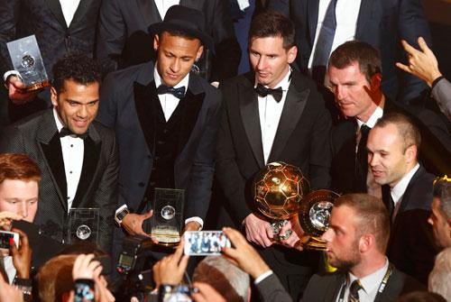 Messi chia sẻ khoảnh khắc giành Quả bóng vàng cùng các đồng đội ở Barca. Ảnh: Reuters.
