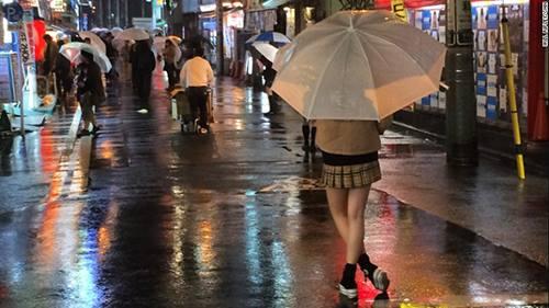 Các thiếu nữ đợi khách giữa thời tiết lạnh giá trước các quán cafe JK. Ảnh: CNN