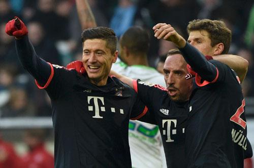 Lewandowski chia vui cùng các đồng đội. Ảnh: Reuters.